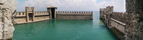 Plakat Panoramiczny widok kasztel, Sirmione, Włochy