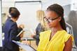 Geschäftsfrau mit Checkliste auf Klemmbrett