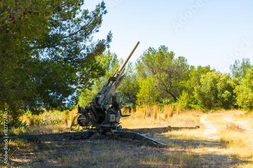 Plakat Bezpłatne odkryte eksponaty starych broni obrony powietrznej w muzeum castelli San Carlos, Palma, Mallorca
