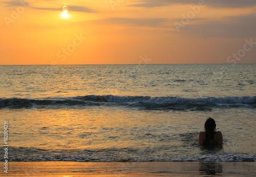 Fotobehang Pier Mädchen im karibischen Sonnenuntergang