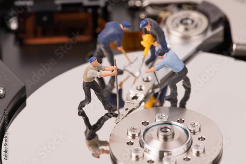 Fotografía  technicial team miniature people repairing  hard drive