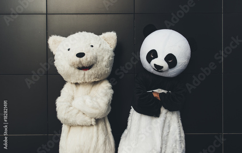 Fotomural Panda and teddy bear having fun around the city