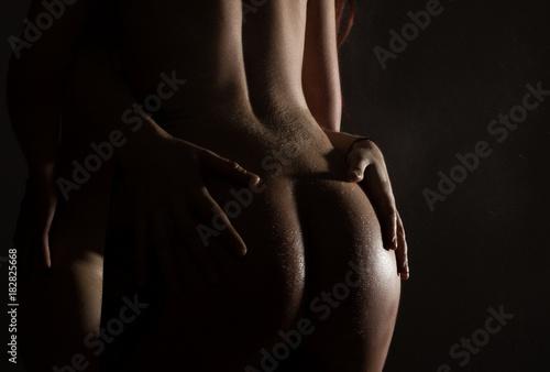 Plakat Piękny widok z tyłu nagiej kobiety, tyłek w kropli wody z wieloma rękami