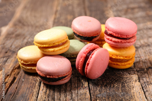 Fotografie, Obraz colorful macaroon on wood background