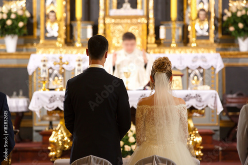 Priest celebrate wedding mass at the church Fototapete