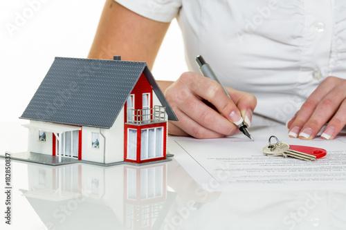 Zdjęcie XXL kobieta podpisuje umowę kupna domu