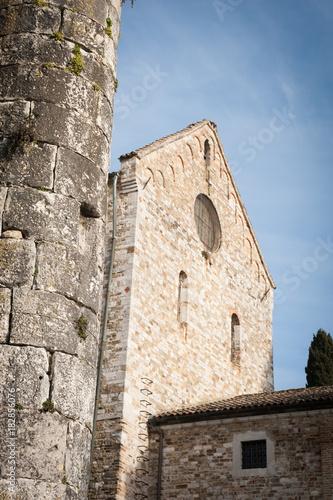 Photo Aquileia, Basilica di Santa Maria Assunta, dettaglio della facciata laterale con