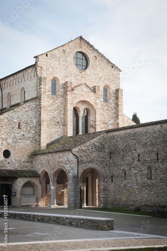 Aquileia, Basilica di Santa Maria Assunta, vista della facciata dalla piazza Wallpaper Mural