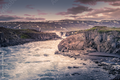 Papiers peints Arctique iceland: Waterfall and river