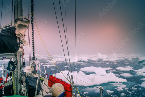 Foto op Aluminium Arctica Greenland, arctic: sailing boat trough the iceberg, risk, danger