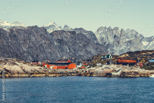 In de dag Poolcirkel Greenland : bay with an inuit village, colored houses bay with an inuit village
