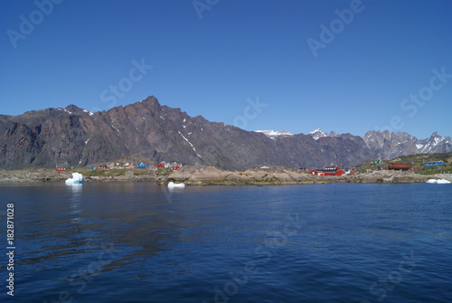 Foto op Aluminium Arctica Greenland : bay with an inuit village, colored houses bay with an inuit village