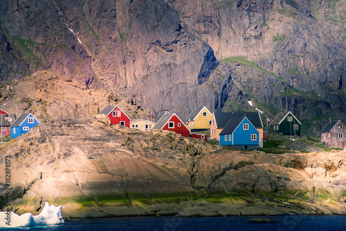 Poster Pole Greenland : bay with an inuit village, colored houses bay with an inuit village