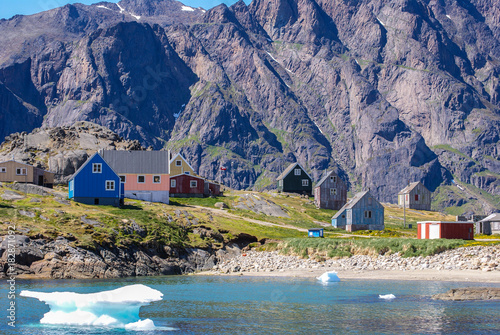 Keuken foto achterwand Poolcirkel Greenland : bay with an inuit village, colored houses bay with an inuit village