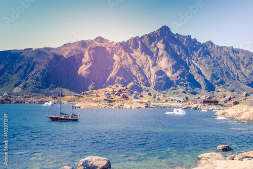 Poster Poolcirkel Greenland,: bay with an inuit village and a sailing boat