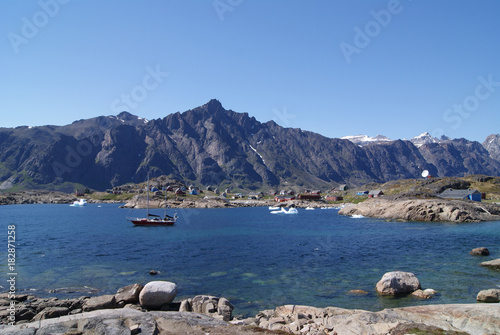 Foto op Aluminium Arctica Greenland,: bay with an inuit village and a sailing boat