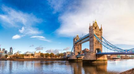 Londyńska pejzaż miejski panorama z Rzecznym Thames wierza mostem i Tower of London w ranek świetle
