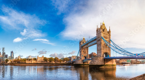 Montage in der Fensternische Brücken London cityscape panorama with River Thames Tower Bridge and Tower of London in the morning light