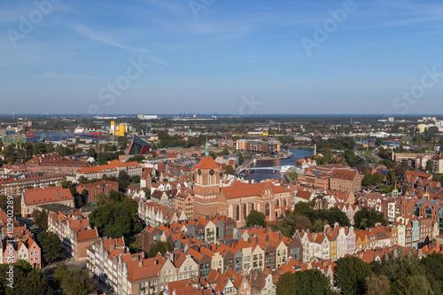 Obraz na dibondzie (fotoboard) Stare budynki mieszkalne i kościół św. Jana na głównym mieście (stare miasto) w Gdańsku, Polska, oglądane z góry w słoneczny dzień.