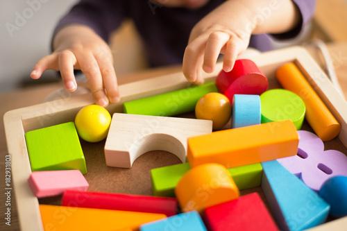 Obraz おもちゃで遊ぶ子共 - fototapety do salonu