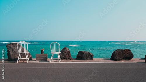 민트 바다 앞 의자는 두개다