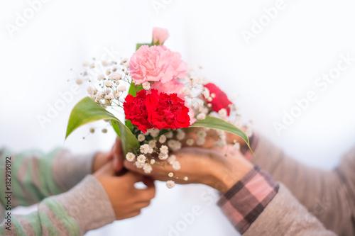 Leinwand Poster 花束を贈る子供