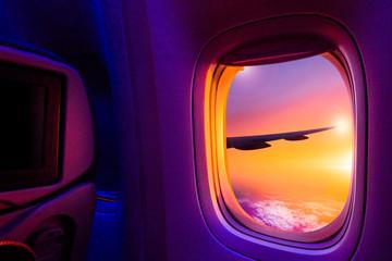 Piękny sceniczny widok zmierzch przez okno samolotu. Ścieżka zapisu obrazu dla okna samolotu.