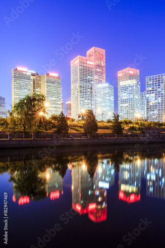 Foto op Plexiglas Texas Business district office buildings and water reflection in Beijing at night