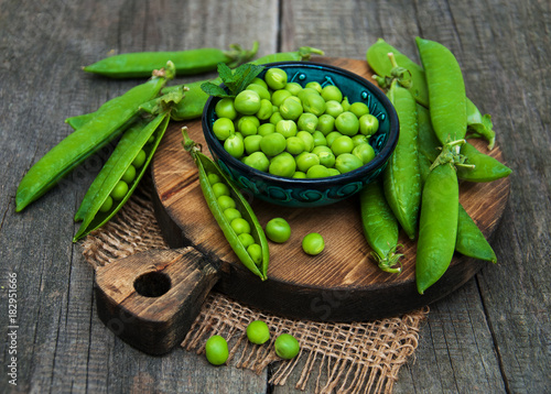 Leinwand Poster green peas on a table