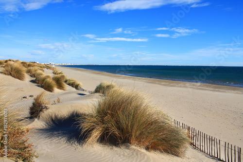 Plage de sable fin en méditerranée, sud de France