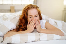 Frau Liegt Im Bett Und Gähnt