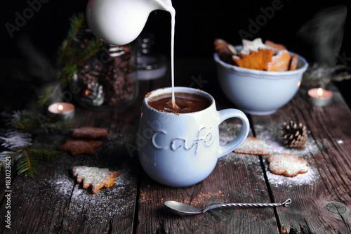 Spoed Foto op Canvas Chocolade горячий шоколад с молоком и рождественскими пряниками