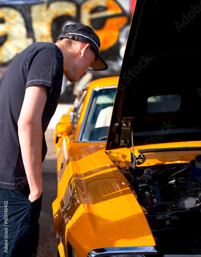 Photo What under the hood men appraising glance