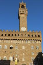 ヴェッキオ宮殿/ヴェッキオ宮殿は、1299年~1314年にかけてアルノルフォ・ディ・カンビオによって建設されました。高さ94mの『アルノルフォの塔』が特徴的となっています。力強いゴシック様式の外観とは違い、内部にはルネサンス様式の豪華な装飾が施されています。