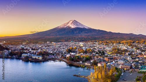 Poster de jardin Kyoto Fuji mountain and Kawaguchiko lake at sunset, Autumn seasons Fuji mountain at yamanachi in Japan.
