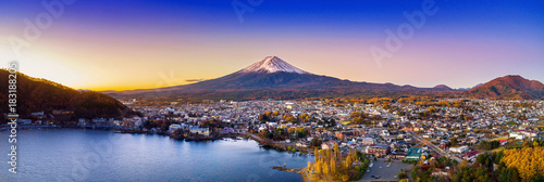 Photo Stands Japan Fuji mountain and Kawaguchiko lake at sunset, Autumn seasons Fuji mountain at yamanachi in Japan.