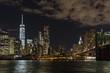 Nächtliches Panorama auf Manhattan von New York in den USA.