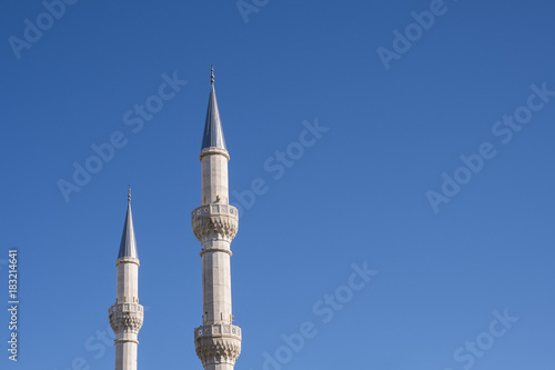 Fotografia Mosque Minarets and Clean Blue Sky
