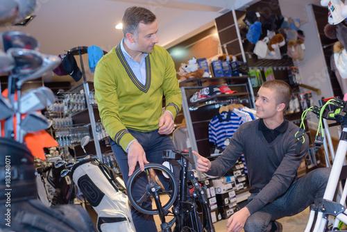 Plakat sprzedawca i klient w sklepie golfowym