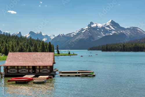 Poster Parc Naturel Beautiful Maligne Lake with a boathouse and canoes and snow covered mountains, Jasper, Canadian Rockies.