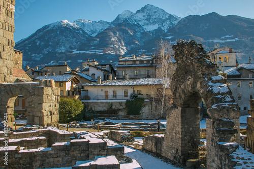 Photo Anfiteatro romano nel centro storico di Aosta con la neve