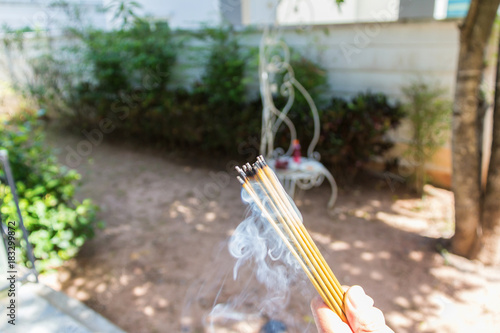 Fényképezés incense burn with smock with food for workship at outside home