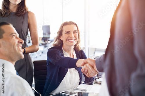 Fotografía  Mature businesswoman shaking hands