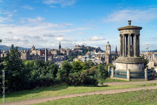 Obraz na dibondzie (fotoboard) Pomnik Dugalda Stewarta na wzgórzu Calton z widokiem na Edynburg