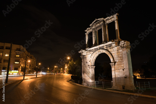Plakat Nocny widok Łuk Hadriana, który prowadzi do słupów archeologicznych Zeusa.