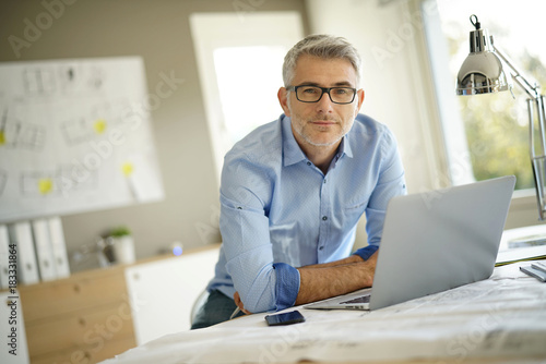 Photo Portrait of architect looking at camera in office