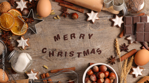 Fotografiet merry christmas background with spices and biscuit