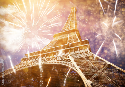 In de dag Art Studio celebrating New Year in the city - Eiffel tower (Paris, France) with fireworks