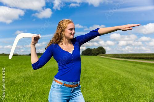 Photo Young dutch woman throwing boomerang