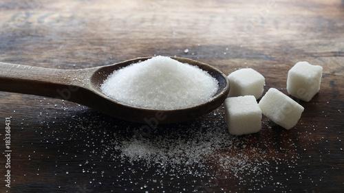 Foto op Aluminium Snoepjes Ahşap zemin üzerinde beyaz şeker